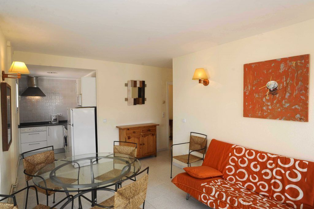 low cost apartment empuriabrava dining room